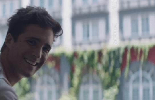 Diego Boneta sonriendo a la cámara