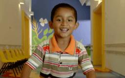 Niño sonriendo a la cámara