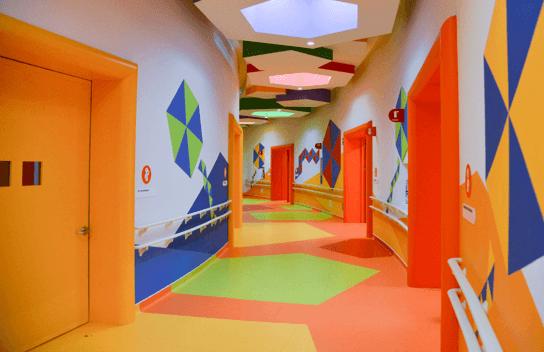 Imagen del pasillo colorido de un Centro de rehabilitación e Inclusión Infantil Teletón