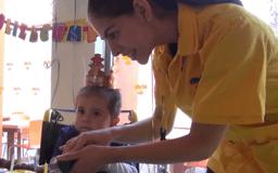 Voluntaria y niño en fiesta de cumpleaños