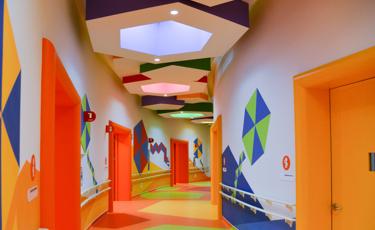 Pasillo colorido del Centro Teletón de Baja California