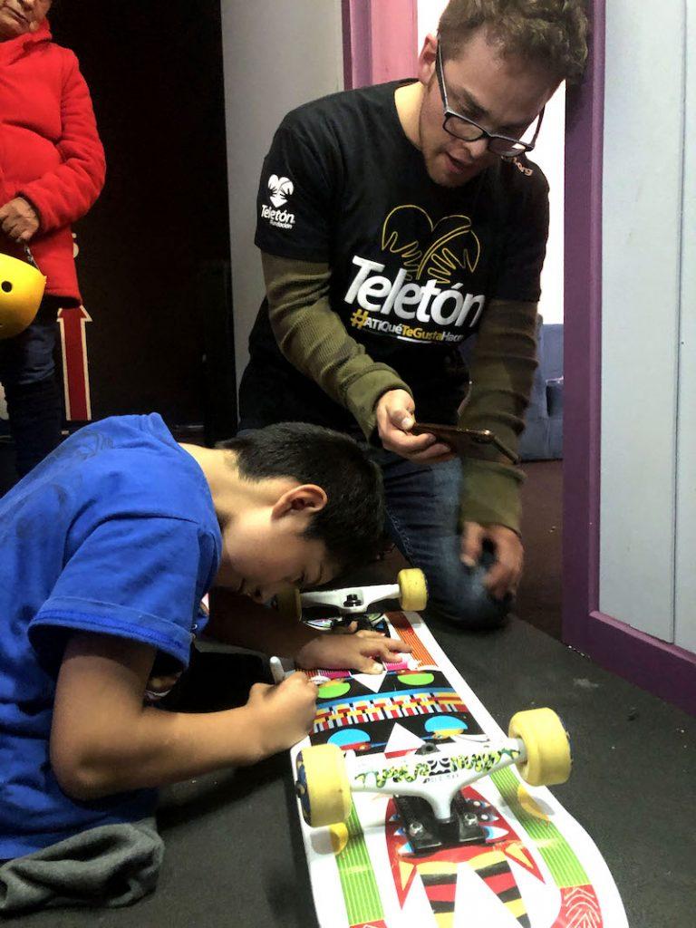 Ángel de Jesús firma la patineta que regaló a Yurem