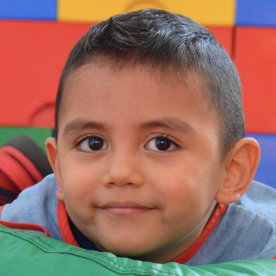 Un niño atendido en el Centro Autismo Teletón mira a la cámara