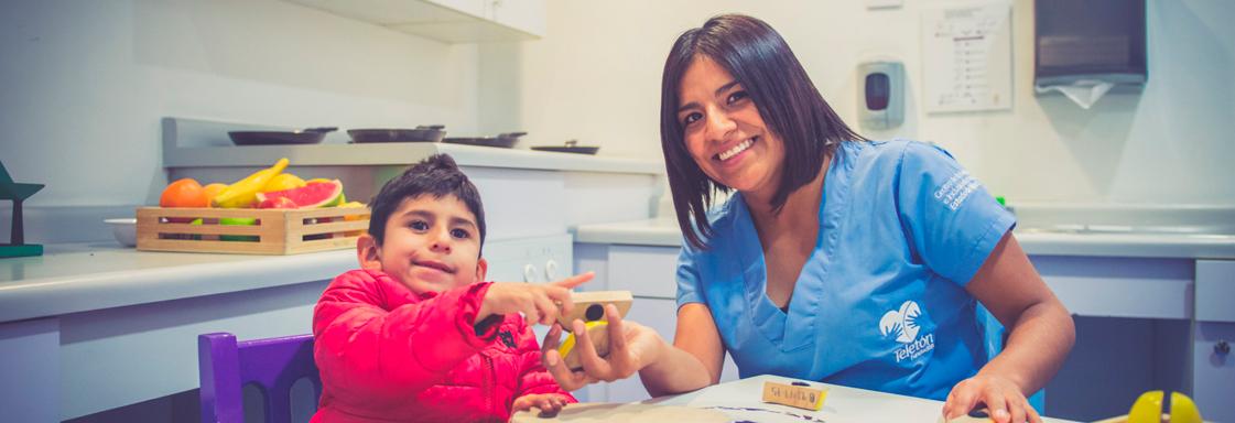 Terapeuta trabaja con un niño en el área de terapia ocupacional del CRIT