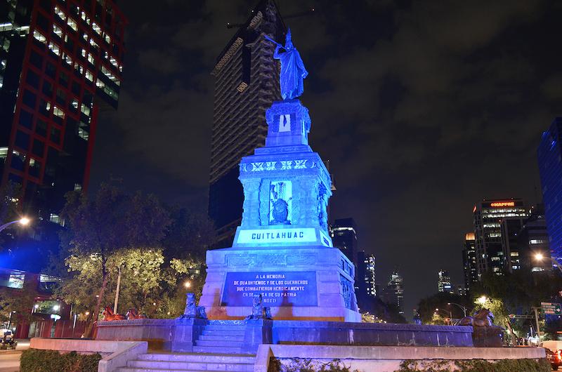 Monumento de Cuauhtémoc, en la noche, iluminado con color azul