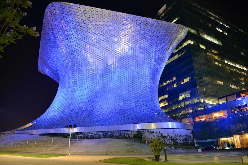 Museo Soumaya, en la noche, iluminado con color azul