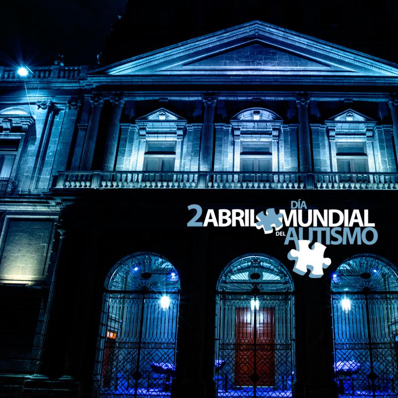 El Palacio de Minería, en la noche, iluminado con color azul