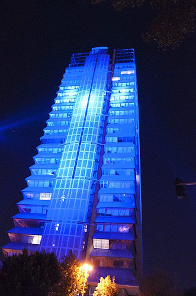 La Secretaría de Economía iluminada con color azul