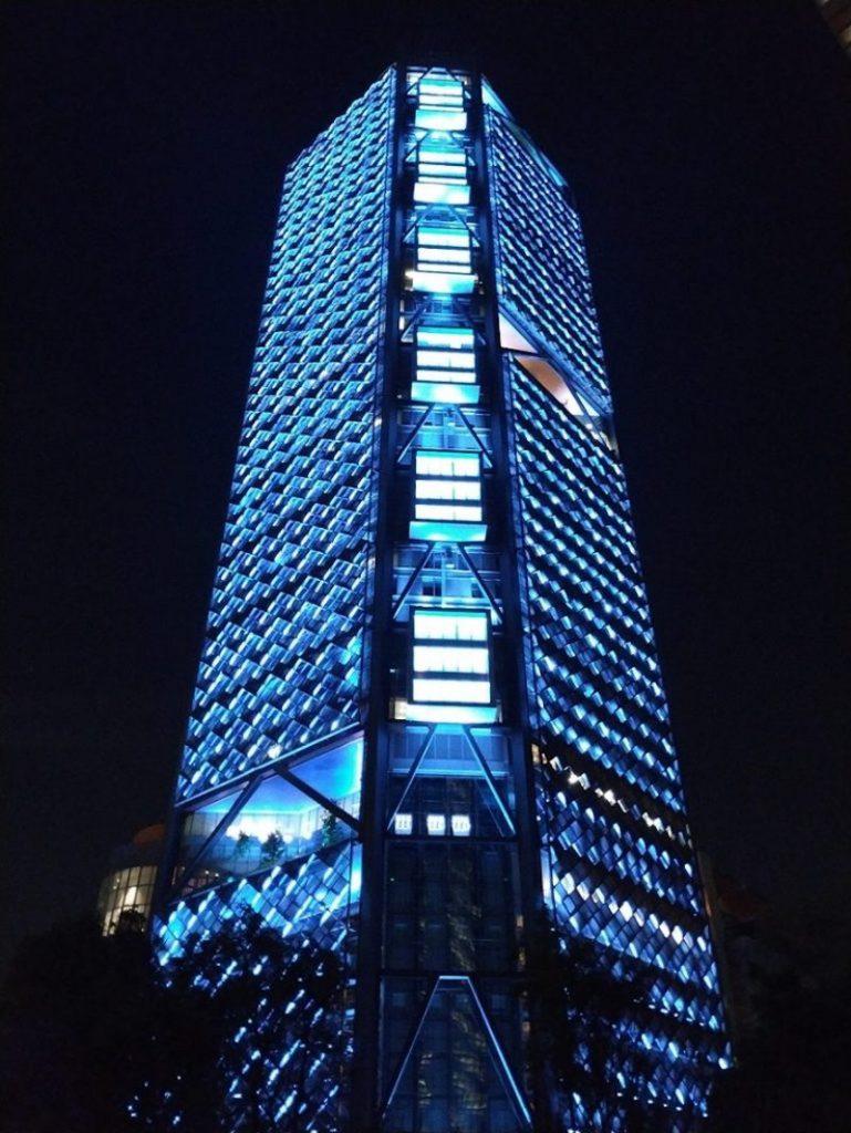 La Torre Bancomer iluminada con color azul