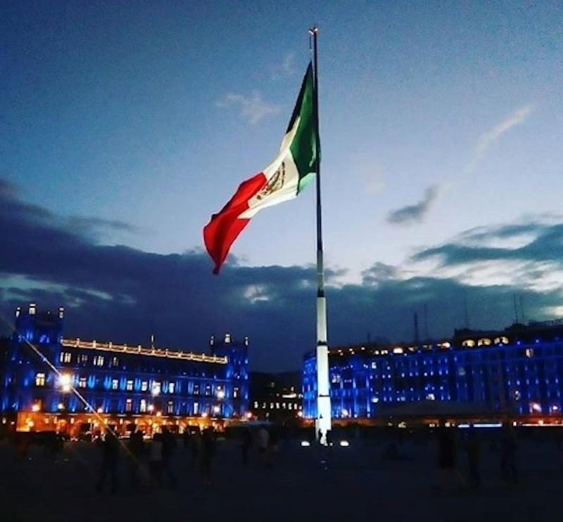 El Zócalo de la Ciudad de México iluminado con color azul