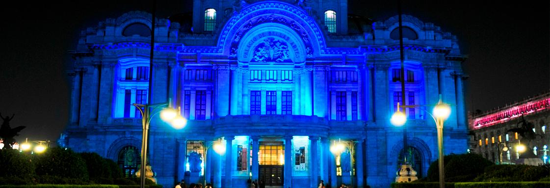 El Palacio de Bellas Artes, en la noche, iluminado con color azul