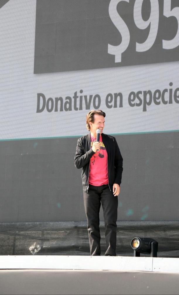Foto de Fernando Landeros, durante la función y el anuncio del donativo en el Autocinema Santa Fé