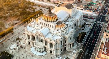 Fotografía aérea de Eje Central y el Palacio de Bellas Artes en la Ciudad de México.Foto porBhargava MarripatiparaPexels.