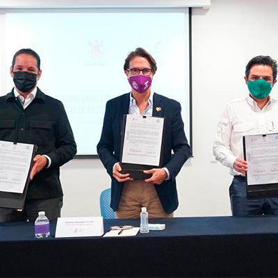 Fotografía de tres hombres sosteniendo un documento legal. De izquierda a derecha: Francisco Domínguez Servién, gobernador de Querétaro; Fernando Landeros, presidente de Fundación Teletón; y Zoé Robledo, director general del IMSS.