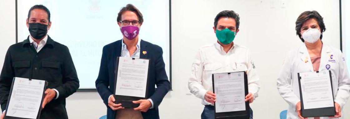 Fotografía de dos hombres sosteniendo un documento legal. A la izquierda: Fernando Landeros, presidente de Fundación Teletón; a la derecha: Zoé Robledo, director general del IMSS