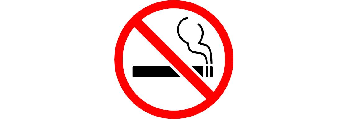 Diseño de letrero donde se prohíbe fumar. La ilustración de un cigarro es cubierta por un tache color rojo. Foto porClker-Free-Vector-ImagesparaPixabay.