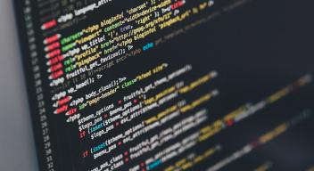 Fotografía de una pantalla de programación de un sitio web. Foto por Ilya Pavlov para Unsplash.